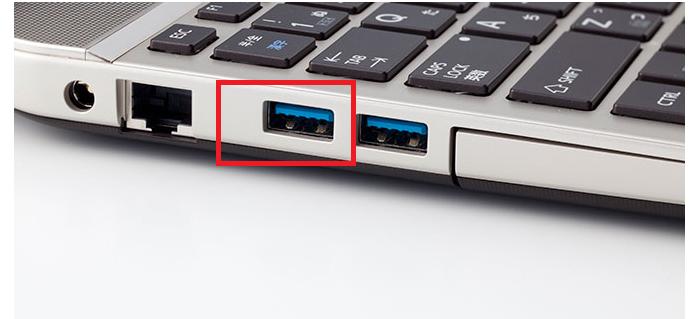 microUSBケーブルをW05に差し込んで、パソコンなどのUSBポートとつなぐ
